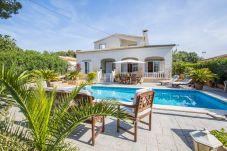 Villa de 4 habitaciones a 2.5 km de la playa