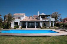 Villa en primera línea de playa en Marbella