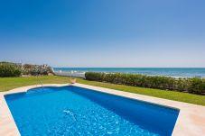 Villa en primera línea de playa de Marbella