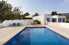Casa rural con piscina en la zona de Es Cubells